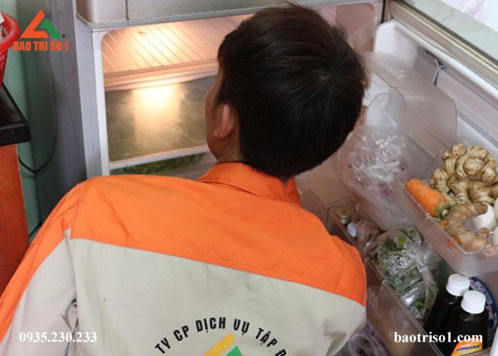 Kỹ thuật viên kiểm tra sơ bộ cho tủ lạnh