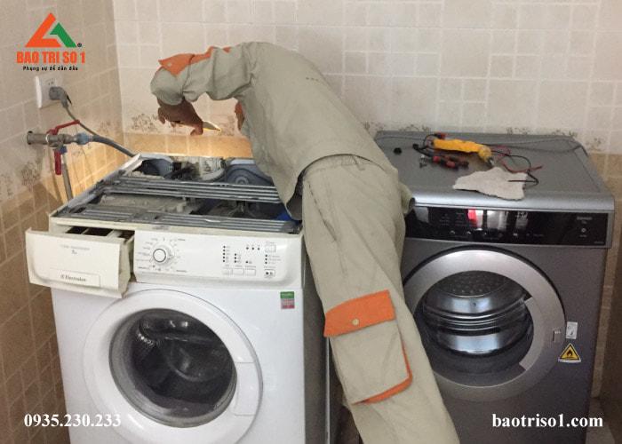 Khảo sát vị trí của máy giặt trước khi tiến hành lắp đặt tại nhà khách hàng
