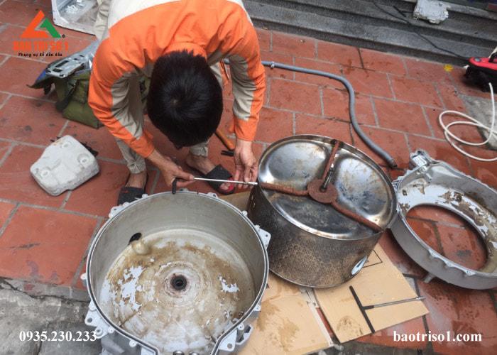 Cuối cùng, kỹ thuật vệ sinh sạch các thiết bị của máy giặt để tiến hành lắp đặt lại