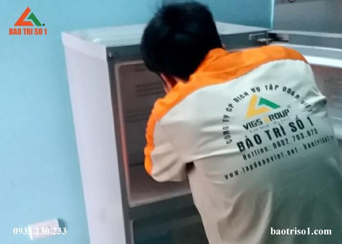 Sau quá trình thăm dò, kỹ thuật bắt đầu tiến hành khắc phục tủ lạnh Sharp