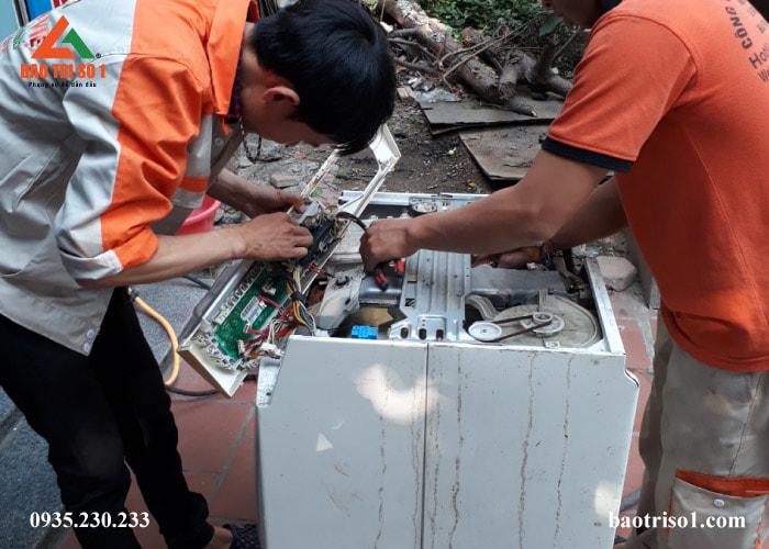 Hình ảnh: Kỹ thuật tháo lồng máy giặt để kiểm tra nguyên nhân hỏng của máy giặt