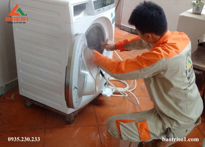 Hình ảnh: sau khi tìm nguyên nhân, kỹ thuật tiến hành sửa máy giặt không lên nguồn