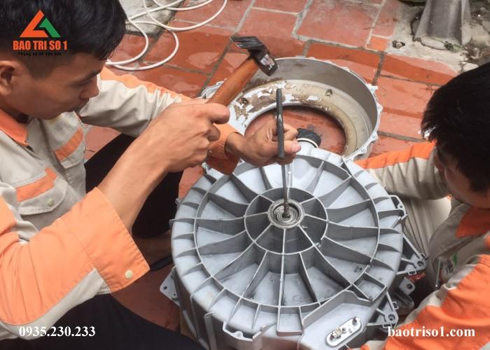 Hình ảnh kỹ thuật đang tiến hành tháo lồng máy giặt ra để kiểm tra nguyên nhân máy