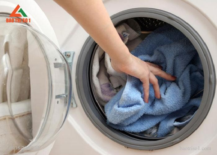 Hình ảnh máy giặt SamSung khách hàng bị nghẹt quần áo tại nhà