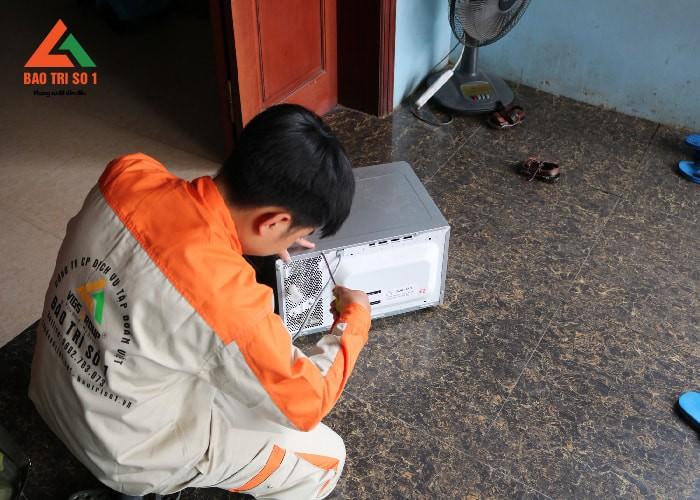 Kỹ thuật viên sửa lò vi sóng tại nhà khá cẩn thận, thể hiện tính chuyên nghiệp lên hàng đầu