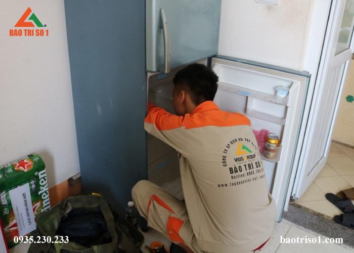 Hình ảnh nhân viên vệ sinh kỹ tủ lạnh tại Bảo Trì số 1 đang tỉ mỉ sửa máy